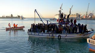 Des immigrants illégaux débarqués sur le port turc de Mersin (Turquie) par la marine turque, le 26 décembre2014. (GARDE-COTE TURCS  / ANADOLU AGENCY / AFP )