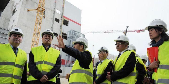 Visite d'une délagation chinoise à Carhaix en Bretagnne, sur le site d'une usine qui doit produire 100 000 tonnes de lait en poudre par an. (afp/ Fred Tanneau)