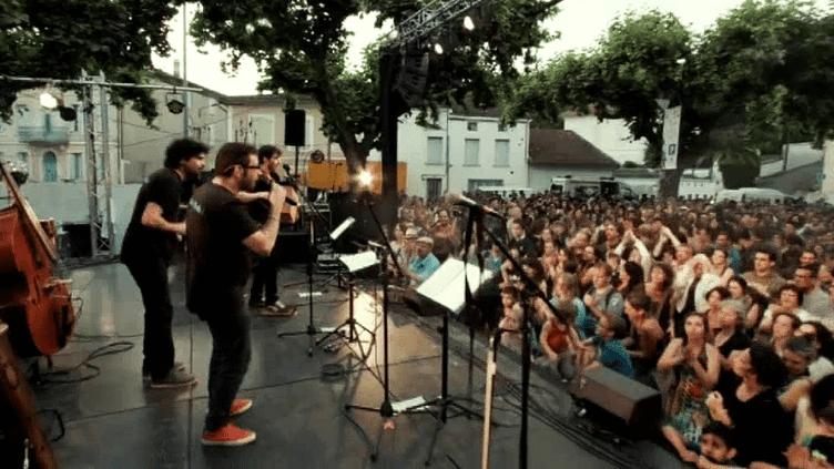 Le Bal Brotto Lopez et Les Ogres de Barback réunis sur la scène du festival Labyrinthe de la Voix ce samedi 30 juillet 2016.  (Capture d'écran / Couac Production)