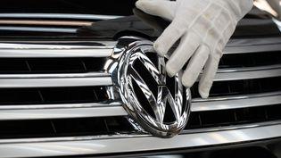 Le groupe Volkswagen a reconnu en septembre qu'il avait équipé des millions de véhicules de moteurs diesel dotés d'un logiciel permettant de fausser les contrôles officiels de niveau de pollution. (RALF HIRSCHBERGER / DPA / AFP)