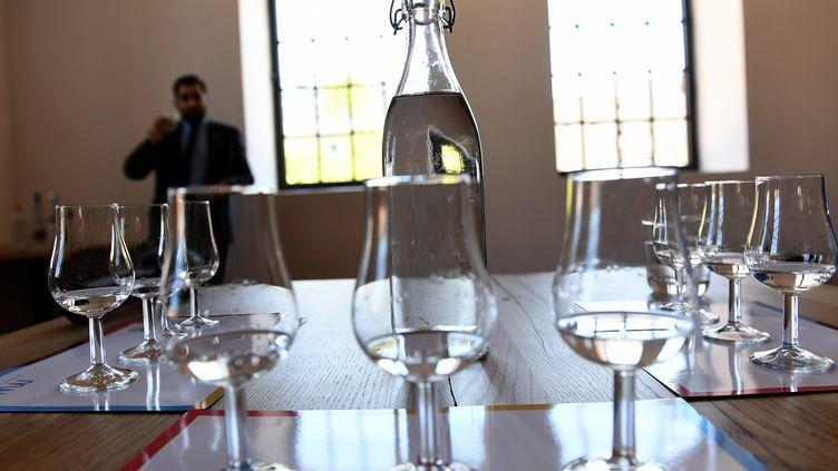 Une bouteille de vodka sur une table auMusée polonais de la vodka, à Varsovie, le 6 juin 2018. (JANEK SKARZYNSKI / AFP)