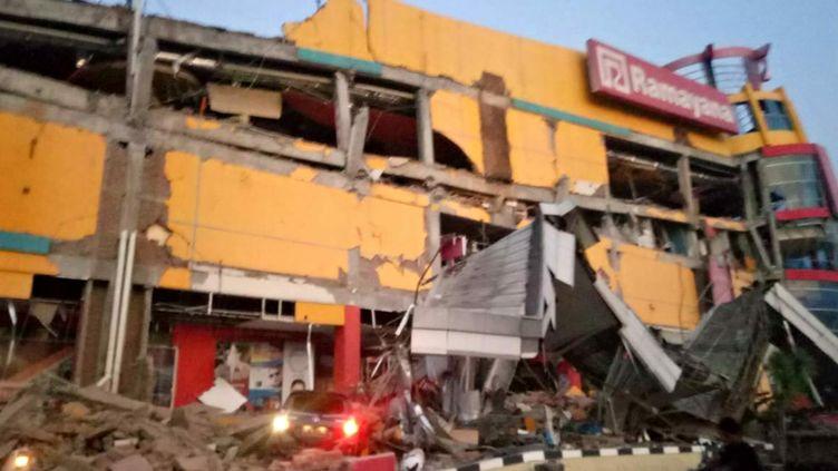 Un centre commercial effondré à Palu, dans le centre de l'île de Célèbes en Indonésie, après un séisme de magnitude 7,5, le 28 septembre 2018. (HANDOUT / BNPB / AFP)