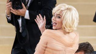 La jeune chanteuse américaine Billie Eilish, 19 ans, troublante en fausse Marilyn, lors du gala du Met (Metropolitan Museum of Art), lundi 13 septembre 2021 à New York (Etats-Unis). (NOAM GALAI / GC IMAGES / GETTY)