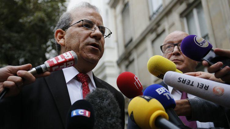 Mohammed Moussaoui parle à des journalistes après une rencontre avec le ministre de l'Intérieur, à Paris, le 29 août 2016. (MATTHIEU ALEXANDRE / AFP)
