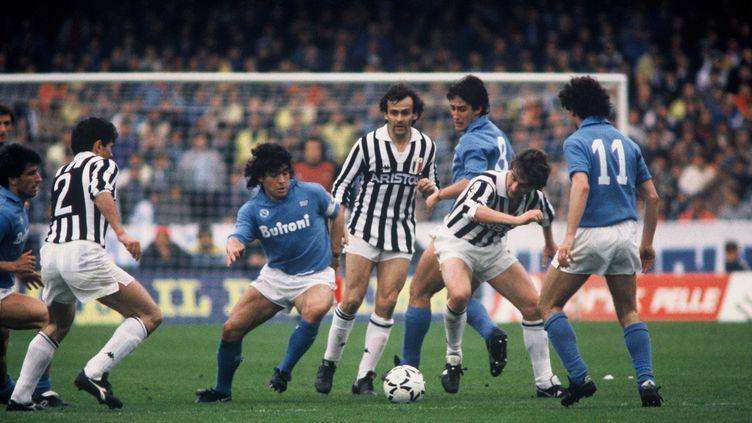 Michel Platini face à Diego Maradona, deux N.10 de génie sous le maillot respectivement de la Juventus et de Naples (MALANCA  ETTORE/SIPA)
