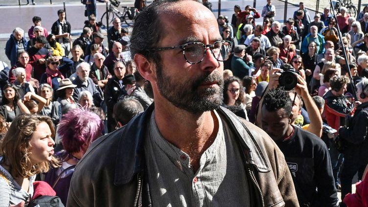 Cédric Herrou arrive au tribunal de Lyon le 11mars 2020. (PHILIPPE DESMAZES / AFP)