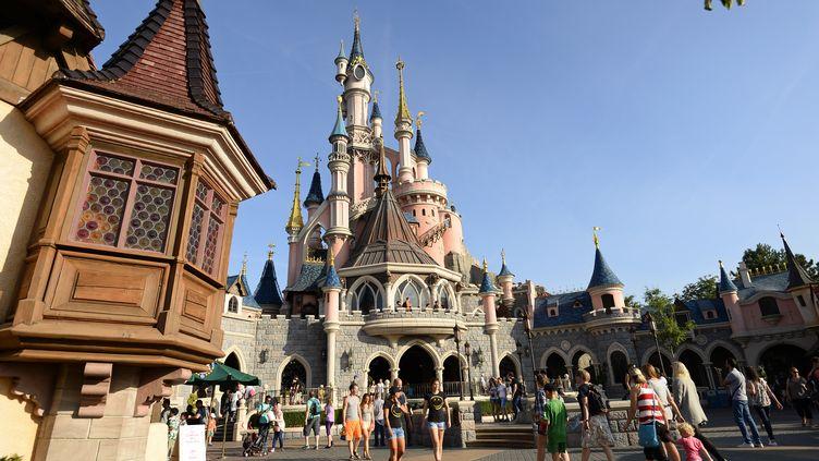 Des visiteurs au parc d'attractions Disneyland Paris, à Marne-la-Vallée (Seinte-et-Marne), le 6 août 2015. (BERTRAND GUAY / AFP)