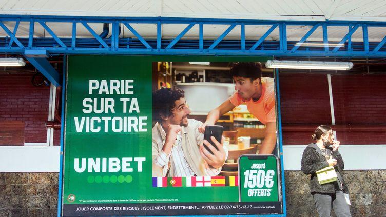 Une affiche publicitaire pour le site de paris en ligne Unibet dans le métro parisien le 24 juin 2021. (BRUNO LEVESQUE / MAXPPP)