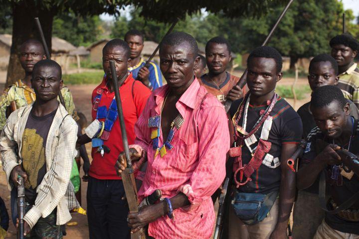 Des paysans membres d'un groupe d'autodéfense contre les pillards, avec leursamulettes, en Centrafrique, le 25 novembre 2013. (JOE PENNEY / REUTERS)
