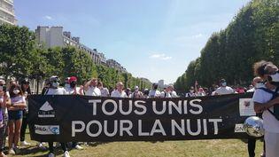 Environ 200 professionels du monde de la nuit ont manifesté devant le ministère de la Santé à Paris, dimanche 13 juillet 2020. (MAÏWENN BORDRON / FRANCEINFO)