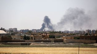 De la fumée s'échappe d'immeubles du quartierMechleb à Raqqa (Syrie), le 7 juin 2017, utilisé comme point de départ pour de nouvelles opérations par les Forces démocratiques syriennes. (DELIL SOULEIMAN / AFP)