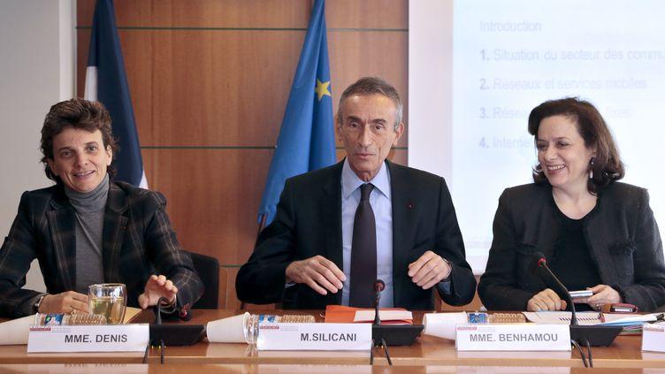 Le président de l'Arcep,Jean-Ludovic Silicani (C) et deux membres de l'Autorité,Marie-Laure Denis et Françoise Benhamou, le 21 mars 2013 à Paris. (JACQUES DEMARTHON / AFP)