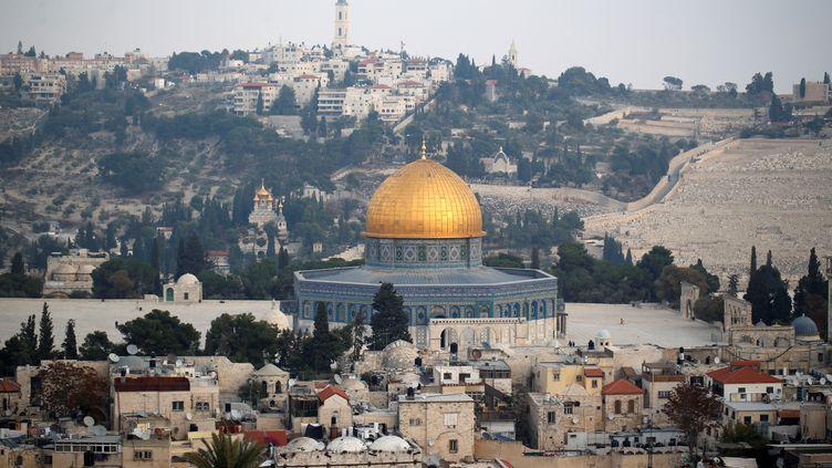 La Vieille ville de Jérusalem, et le dôme du Rocher, troisième plus important lieu saint musulman, le 5 décembre 2017. (AMMAR AWAD / REUTERS)