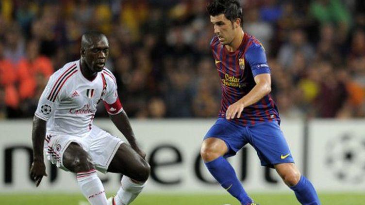 David Villa (Barcelone) tente de prendre le dessus sur Clarence Seedorf (Milan)