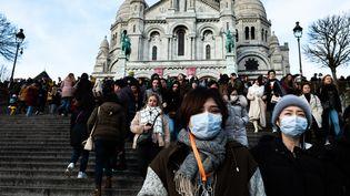 Des touriste chinois portent un masque près de la basilique du Sacré-Coeur à Paris, le 26 janvier 2020. (JEROME GILLES / NURPHOTO / AFP)