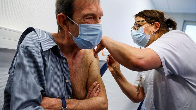 Le cardiologue français Jean-Jacques Monsuez reçoit une dose du vaccin Pfizer-BioNTech à l'hôpital René-Muret de Sevran, le 27 décembre 2020. (THOMAS SAMSON / AFP / POOL)