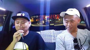 Deux clients participent au karakoé dans le taxi deTu Ching Liang. (CAPTURE D'ÉCRAN YOUTUBE)