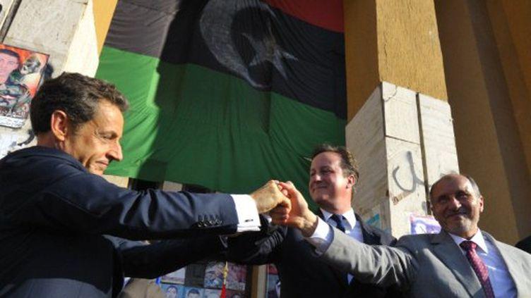 Nicolas Sarkozy (France), David Cameron (Royaume-Uni) et Mustafa Abdel Jalil (CNT libyen) à Benghazi en septembre 2011 (AFP PHOTO / POOL / Philippe Wojazer)