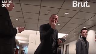 Steeve Briois fait un doigt d'honneur aux équipes d'Envoyé Spécial.   (Brut)