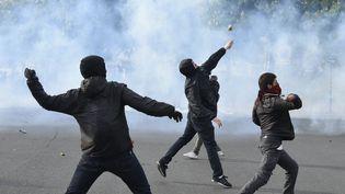 Des manifestants contre la loi Travail, place de la Nation, à Paris, le 28 avril 2016. (DOMINIQUE FAGET / AFP)