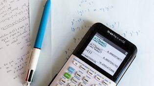 Une calculatrice d'élève de terminale scientifique photographiée à Versailles, le 30 mars 2020. (KARINE PERON LE OUAY / AFP)