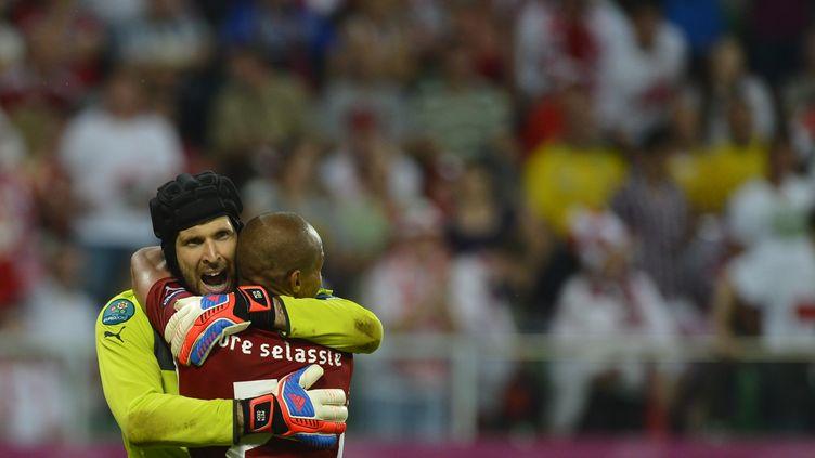 Le gardien tchèque Petr Cech félicite son défenseur Theodor Gebre Selassie, après la victoire de son équipe contre la Pologne, le 16 juin 2012, à Wroclaw (Pologne). (ODD ANDERSEN / AFP)
