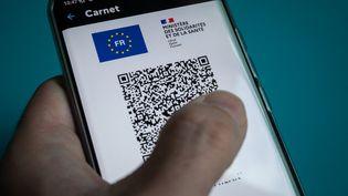 Un pass sanitaire européen, le 11 octobre 2021 à Paris. (RICCARDO MILANI / AFP)