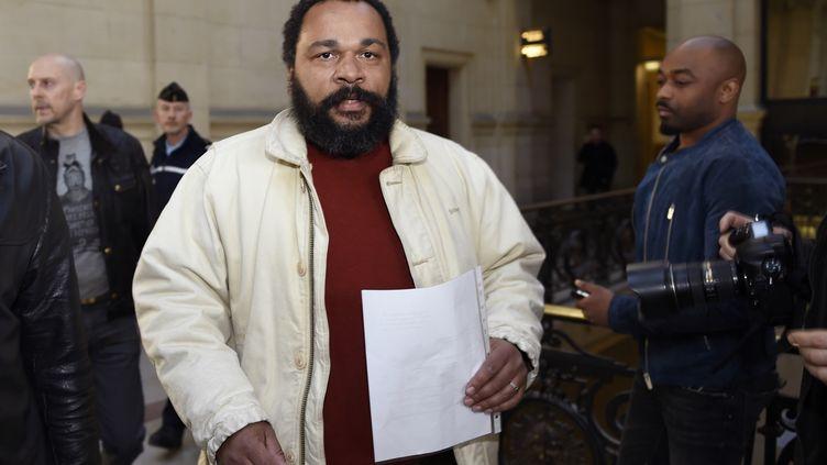 L'humoriste Dieudonné M'bala M'bala arrive au tribunal de Paris, le12 mars 2015. (LOIC VENANCE / AFP)