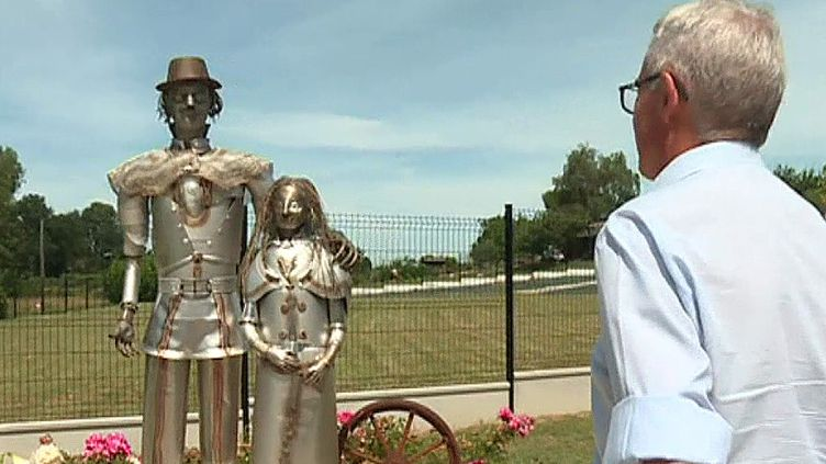 Serge Carvalho devant sa sculpture qui rend hommage à 14 tsiganes fusillés à Saint-Sixte, Lot-et-Garonne  (France 3 / Culturebox / capture d'écran)