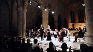 Le chef d'orchestre et violoniste Jean-Christophe Spinosi et la violoniste Laurence Paugam accompagnés de l'ensemble Matheus, saluent le public le 18 septembre 2009 à l'abbaye d'Ambronay. (PHILIPPE MERLE / AFP)