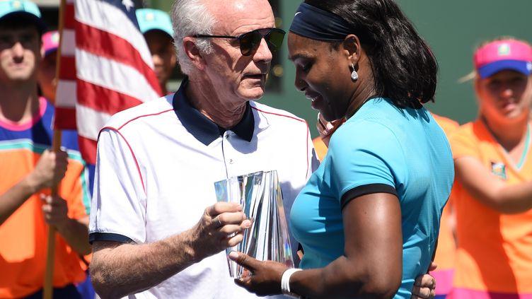 Raymonde Moore, directeur du tournoi d'Indian Wells, au moment de remettre à Serena Williams le trophée de deuxième d'Indian Wells.  (ROBYN BECK / AFP)