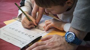 L'école à la maison, une solution pour des enfants malades ou harcelés (illustration). (SEBASTIEN BOZON / AFP)