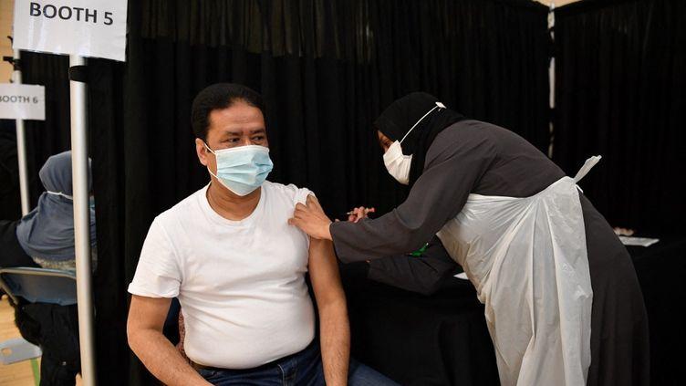 Une infirmière injecte une dose du vaccin d'AstraZeneca dans un centre de l'est de Londres (Royaume-Uni), le 14 avril 2021. (JUSTIN TALLIS / AFP)