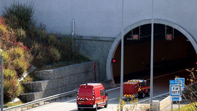 Des pompiers en intervention dans un tunnel sur l'autoroute A41 nord, au niveau de Présilly (Haute-Savoie), le 3 novembre 2017. (MAXPPP)