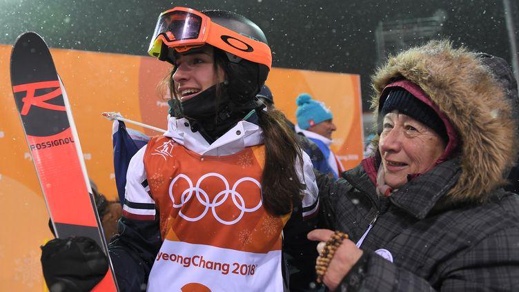 La Française Perrine Laffont, championne olympique de ski de bosses, a partagé son bonheur avec tous ses proches dont sa grand-mère, très émue. (LOIC VENANCE / AFP)