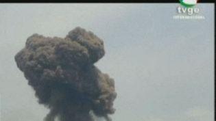 Capture d'écran de la télévision TVGE, le 7 mars 2021, montrant de la fumée s'élevant au-dessus des bâtiments de Bata, en Guinée équatoriale. (- / TVGE)