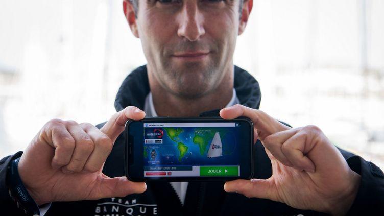 Le skippeur Armel Le Cleac'h présente le jeu Virtual Regatta juste avant le départ du Vendée Globe. (LOIC VENANCE / AFP)
