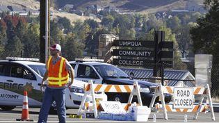 Des policiers bloquent l'accès au campus de l'université Umpqua Community College, après qu'une fusillade a éclaté, le 1er octobre 2015, dans l'Oregon (Etats-Unis) (STEVE DIPAOLA / REUTERS)