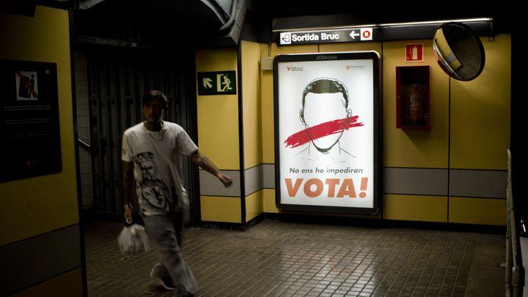 Une affiche pour le référendum d'indépendance de la Catalogne, à Barcelone (Espagne), le 14 septembre 2017. (JORDI BOIXAREU / NURPHOTO / AFP)