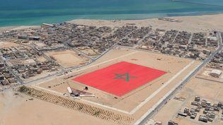 Vue aérienne d'un drapeau marocain de 60000mètrescarrés à Dakhla, dans le Sahara, le 8 mai 2020. (AFP PHOTO/AIDA)