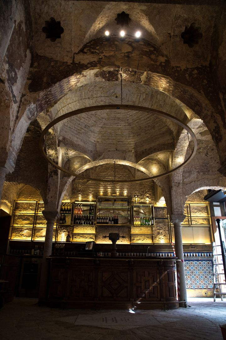Le plafond du bar Giralda, à Séville. (CRISTINA QUICLER / AFP)