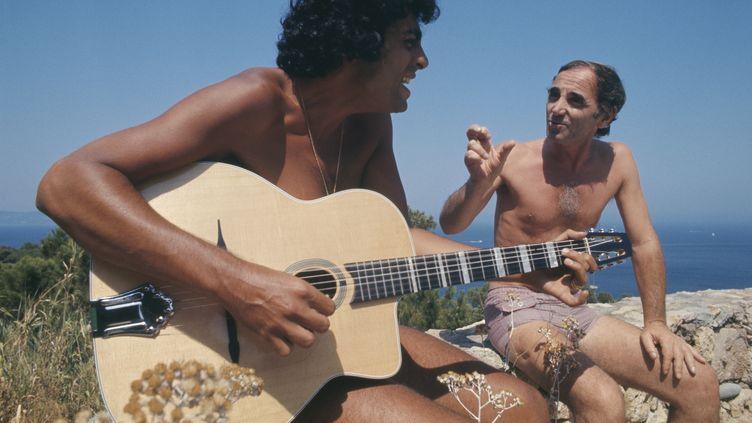 Enrico Macias et Charles Aznavour, lors de vacances à Saint-Tropez en août 1974. (JAMES ANDANSON / SYGMA)