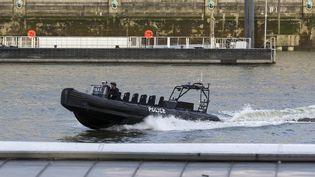 Un bateau de police patrouille sur la Tamise, à Londres, le 22 mars 2017, aprèsune attaque près du Parlement britannique. (JOEL FORD / AFP)