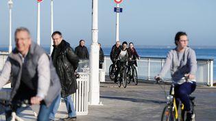 Des vacanciers se promènent à Arcachon (Gironde), le 21 décembre 2015. (MAXPPP)