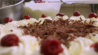 Le feuilleton de la semaine du 13 Heures vous dévoile les secrets des desserts de légende. Lundi 15 mars, ce premier épisode est consacré à lacélèbre forêt-noire, qui tient son nom d'une forêt située en Allemagne. (FRANCE 2)
