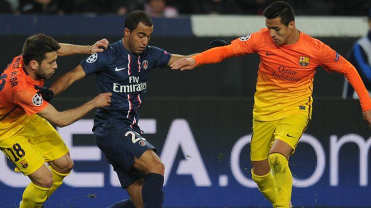 Lucas Moura (PSG) entre Jordi Alba et Alexis Sanchez (FC Barcelone)