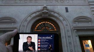 Le calendrier des fermetures d'établissements scolaires affiché pendant l'allocution d'Emmanuel Macron depuis l'Elysée, à Paris, le 31 mars 2021. (THOMAS COEX / AFP)