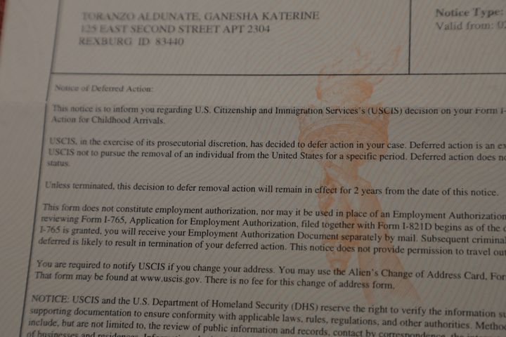 Une lettre de renouvellement du programme Daca pour Ganesha Toranzo, le 21 janvier 2021 à son domicile de Vienna en Virginie (Etats-Unis). (VALENTINE PASQUESOONE / FRANCEINFO)
