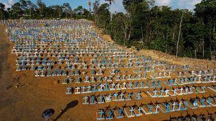 Un cimetière réservé aux victimes de la pandémie de Covid-19 à Manaus, dans l'Etat d'Amazonas (Brésil), le 21 novembre 2020. (MICHAEL DANTAS / AFP)