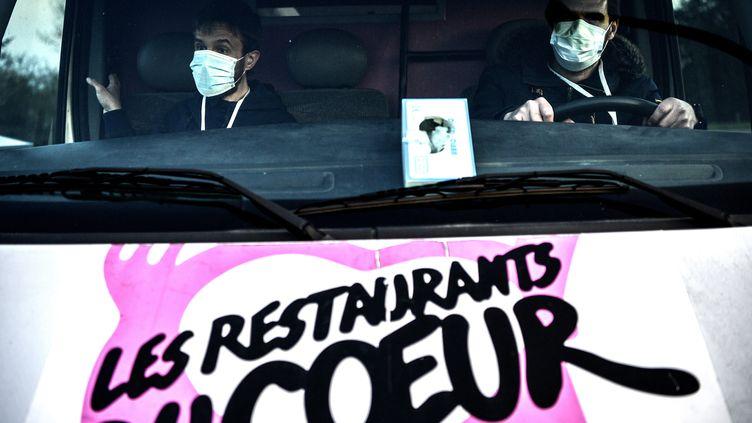 Deux bénévoles des Restos du coeur dans le Loiret, le 26 mars 2020. Photo d'illustration. (CHRISTOPHE ARCHAMBAULT / AFP)